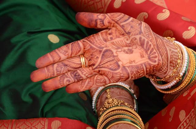 Mehendi/henna na dłoniach panny młodej
