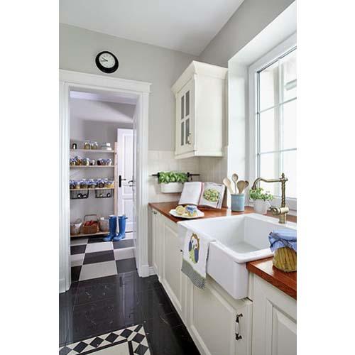 Particolare della cucina arredata con tre diversi stili: inglese, scandinavo e americano