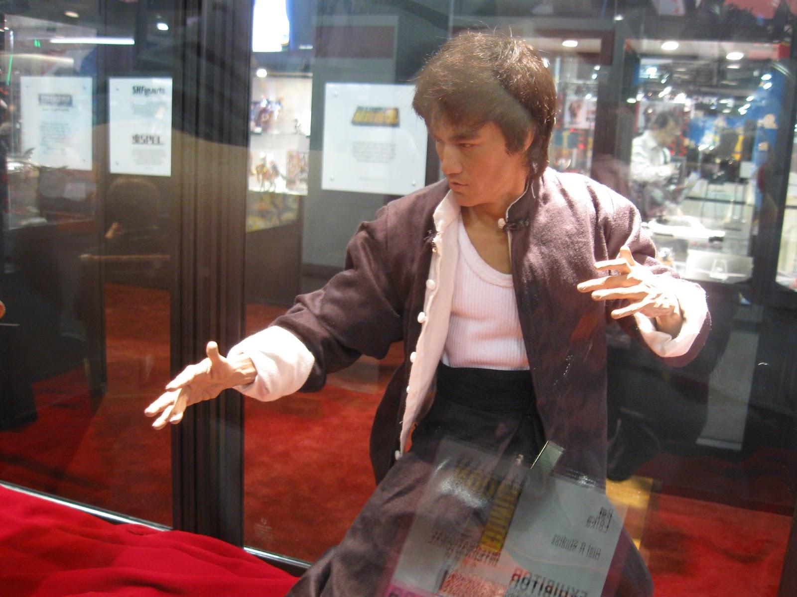 Não parece, mas até poderia ser uma estátua de Bruce Lee no museu de cera de Londres