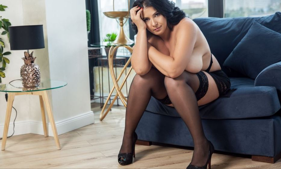 https://www.glamourcams.live/chat/NorahReve