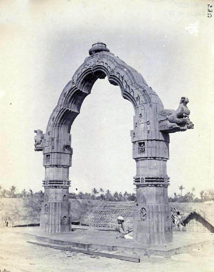 పూరిలోని జగన్నాథ ఆలయ సముదాయంలోని డోలా-మండపం యొక్క ఛాయాచిత్రం పూర్నో చందర్ ముఖర్జీ 1890 లో తీసినది.
