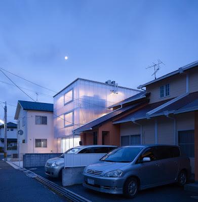 บ้านโปร่งแสงยามค่ำคืน