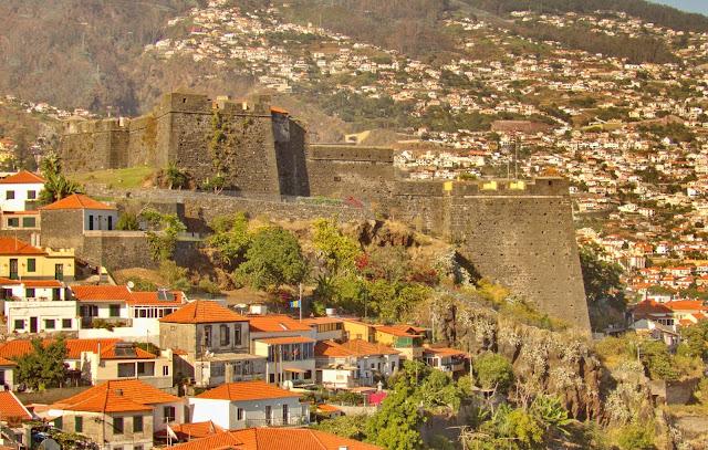 uma fortaleza com vista da e para a cidade