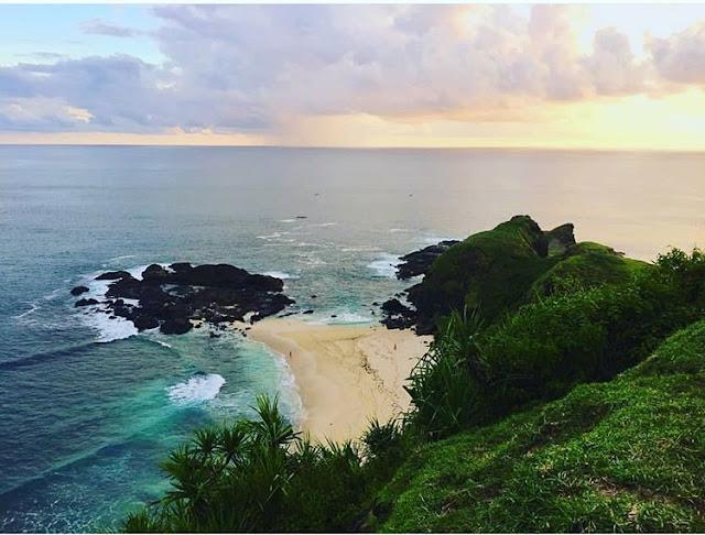 Pemandangan pantai Tanjung Bongo Lombok yang amat bagus, sumber ig @lombok_universal