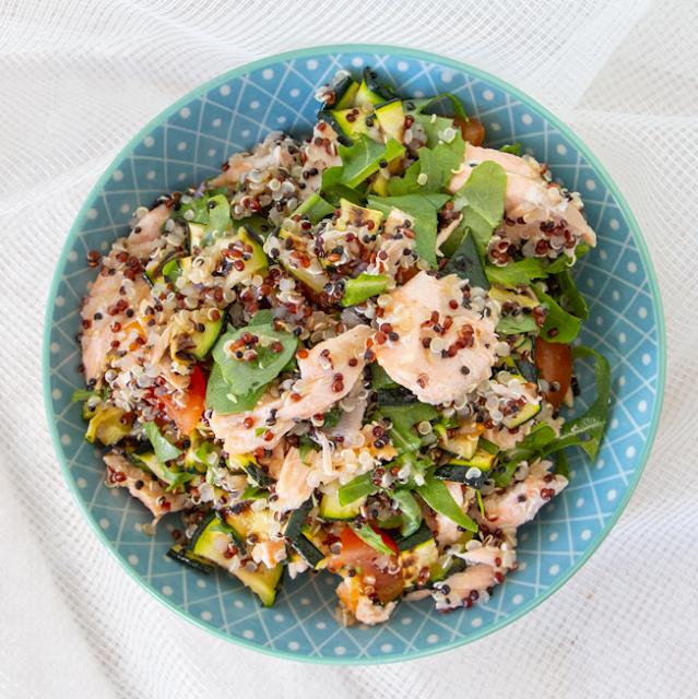 Quinoa con filetti di salmone e verdure