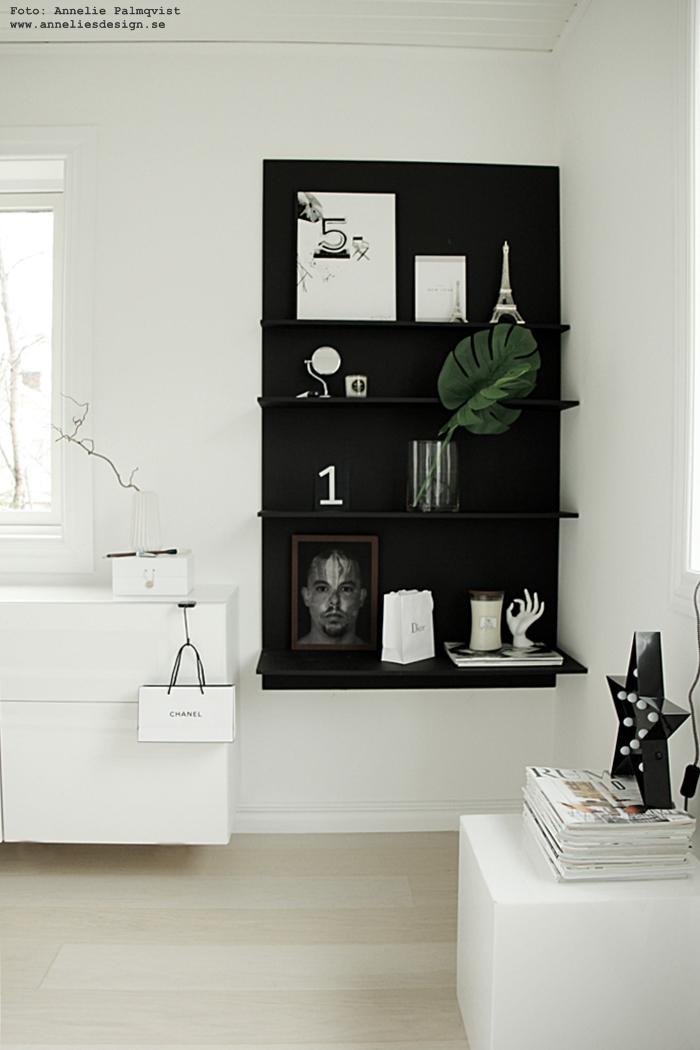 annelies design, webbutik, webshop, nätbutik, nettbutikk, inredning, woodwick ljus, doftljus, sprakande veke, inredningsdetaljer, ljus, hylla, svart och vitt, svartvit, svartvitt, vykort, monstera, blad, diy hylla,