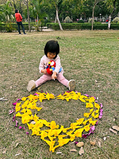 跟小朋友一起拾起地上的花瓣可砌圖形,成了親子活動、親子好去處。