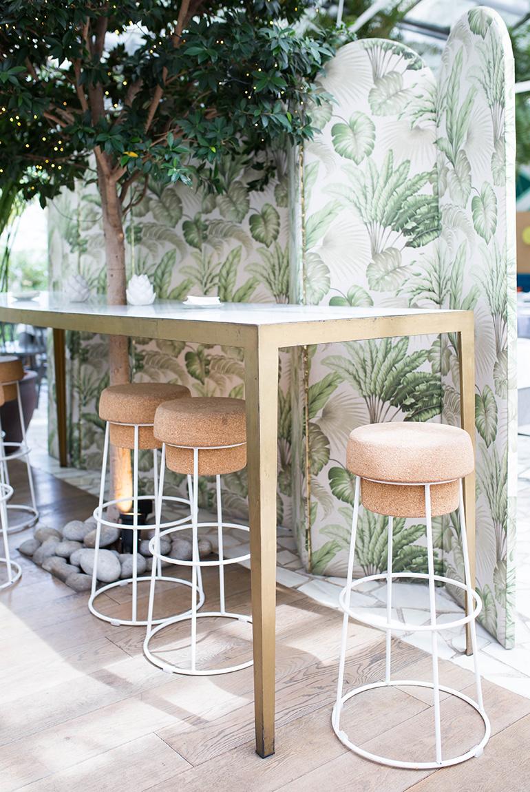 invernadero-peñotes-comedor-taburetes-champagne-biombo-hojas