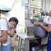 Dakilang Ama, Karga ang anak habang nagtatrabaho para may pambili ng gatas
