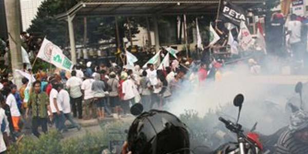 Demo Terkait Ahok, Massa Di Depan KPK Rusuh