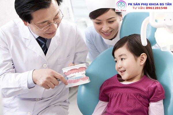 cho trẻ khám răng
