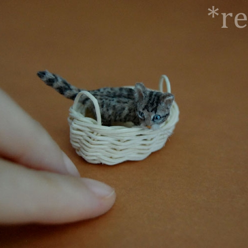 08-Shy-Kitten-ReveMiniatures-Miniature-Animal-Sculptures-that-fit-on-your-Hand-www-designstack-co