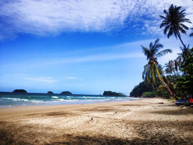 หาดท่าน้ำมีหาดทรายที่ขาว น้ำทะเลสวย สามารถลงเล่นน้ำ