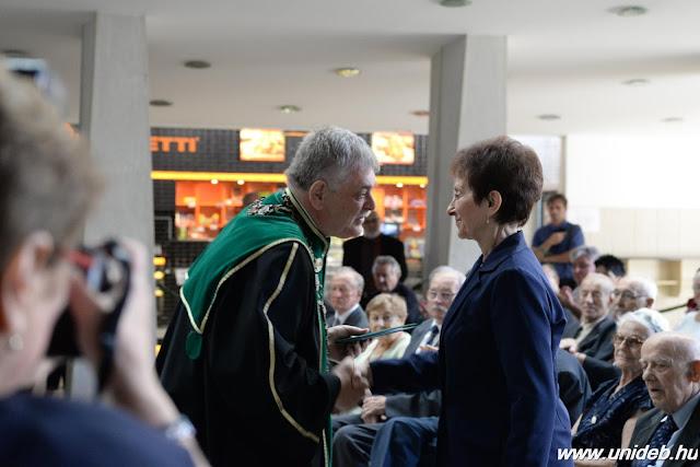 Arany diplomát 40, gyémántot pedig 25 öregdiák vett át a jubileumi ünnepségen. Rubin oklevelet egy egykori hallgató kapott: a 93 esztendős Szakácsi Jánosné Tápai Flóra, aki 70 évvel ezelőtt, 1946-ban végzett agrármérnökként Debrecenben. Szakmai munkáját korábban Gróf Széchenyi István Emlékéremmel, Hatvani István-díjjal és Életfa Emlékplakettel ismerték el.