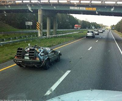 Kuriose Auto auf der Autobahn witzig