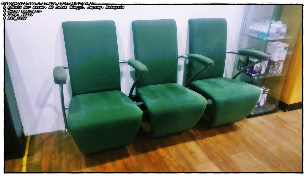 Picture of a sofa in the waiting room at Nur Qaseh Salak Tinggi Clinic.