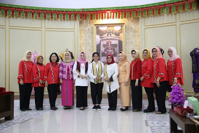 Tertarik Kain Tapis, Ibu Negara Iriana Kunjungi Dekranasda Lampung