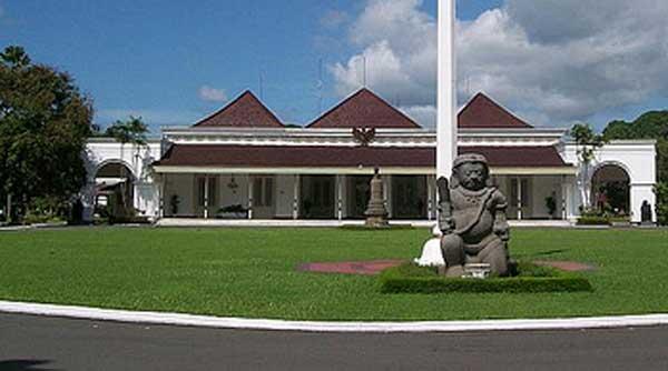 Gedung utama kompleks Istana Yogyakarta ini mulai dibangun pada Mei 1824 yang diprakarsai oleh Anthony Hendriks Smissaerat