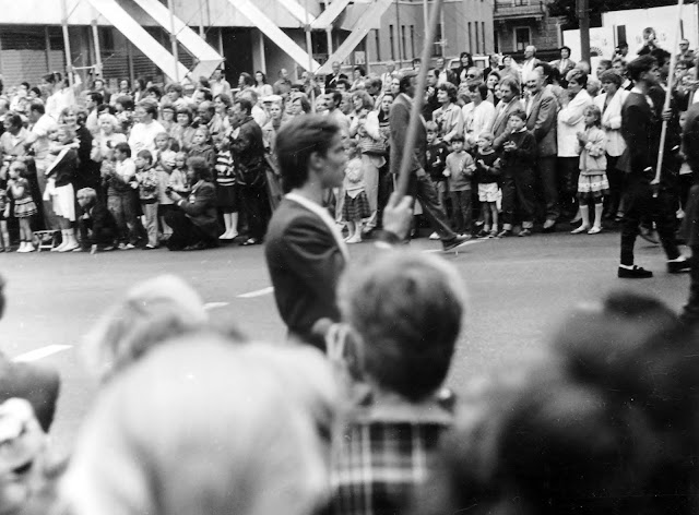 """7 июля 1990 года. Рига. На улице Бривибас (Ленина) возле гостиницы """"Латвия"""". Праздник песни (фото из архива: aldoniskraulis)"""