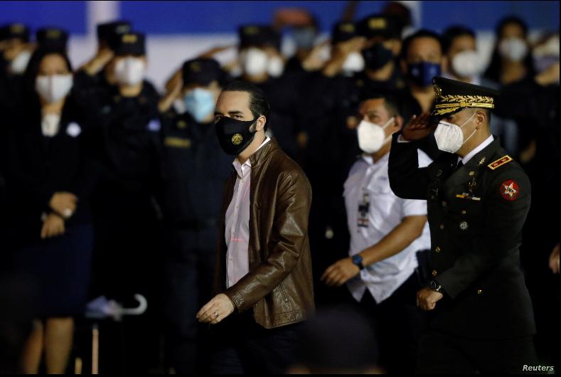 El presidente de El Salvador, Nayib Bukele, llega a una ceremonia de ascenso de policías a cabos en San Salvador, El Salvador, el 30 de septiembre de 2020 / REUTERS