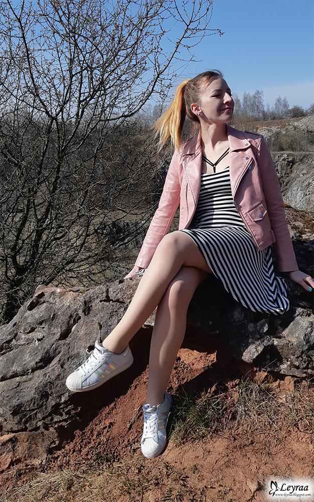 Sukienka w paski z asymetrycznym dołem, ramoneska pudrowy róż, adidas superstar hologram