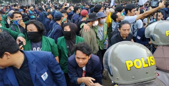 Usai Salat Berjamaah di Dekat DPR, Mahasiswa Bersalaman dengan Polisi
