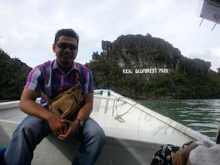 Melancong Ke Pulau Langkawi Kali Pertama #MYTRAVELADVENTURE Kisah AM melancong buat kali pertama di dalam hidup ke Pulau Langkawi Pulau Warisan.  Mungkin bagi sesetengah orang ke Pulau Langkawi sudah menjadi sebati dan membosankan. Tapi bagi AM yang tidak pernah ke Pulau Langkawi pasti rasa teruja dan bersemangat waja.  Apa tidaknya selama hidup 28 tahun belum lagi pernah ke Pulau Langkawi walalupun AM pernah belajar di Kedah selama 4 tahun. Kawan-kawan sekelas semuanya dah pergi tapi AM belum sampai lagi.  Kali ini menjadi kenyataan apabila pihak sekolah AM menawarkan peluang untuk mengikuti rombongan ke Pulau Langkawi bersama-sama pelajar-pelajar tahun 6 selepas menduduki Ujian Penilaian Sekolah Rendah (UPSR).  Melancong Ke Pulau Langkawi Kali Pertama #MYTRAVELADVENTURE Hari yang dijanjikan pun sampai dan perjalanan kami menggunakan bas sewa khas sebanyak 2 buah dari perkarangan sekolah ke jeti di Kuala Perlis.  Perjalanan yang memakan masa hampir 8 jam dengan pelbagai kerenah pelajar yang membuat cikgu-cikgu tidak dapat melelapkan mata sepanjang perjalanan.  Perjalanan Jeti Kuala Perli ke Jeti Pulau Langkawi  Tiket telah ditempah oleh pihak sekolah lebih awal lagi memudahkan kami semua untuk mendapatkan feri ke Pulau Langkawi. Perjalanan tidak mengambil msa yang lama dari jeti Kuala Perlis ke Jeti Pulau Langkawi.  Sepanjang perjalanan semua pelajar diam kerana tidak biasa menaikki feri. Baru diorang diam membuatkan kami cikgu-cikgu dapat melelapkan mata seketika.  Pulau Langkawi – Pulau Warisan  Apabila sampai sahaja di Pulau Langkawi, kami di sambut dengan hujan yang renyai-renyai dan bas di Pulau Langkawi sudah pun tersedia untuk kami dan di bawa terus ke tempat penginapan. Melancong Ke Pulau Langkawi Kali Pertama #MYTRAVELADVENTURE  Penginapan di Pulau Langkawi Penginapan juga telah disediakan oleh pihak sekolah untuk para pelajar dan juga cikgu-cikgu pengiring. Kami tinggal di salah satu apartment di sekitar pecan Kuah, Pulau Langkawi.  Tips Penginapan : Anda