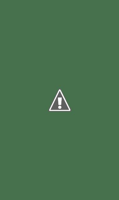 Foto de uma rapariga em fundo mais escuro.
