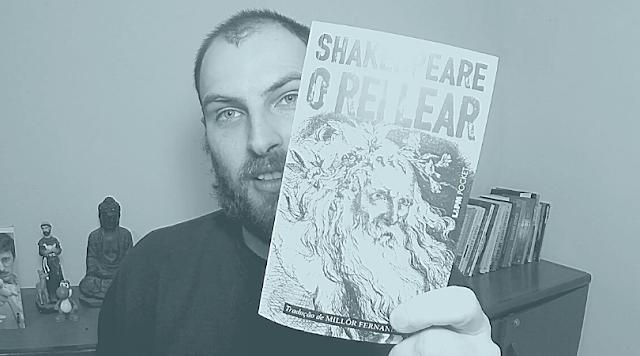 """Foto minha segurando o livro """"O Rei Lear"""", edição da L&PM Pocket com tradução de Millôr Fernandes."""