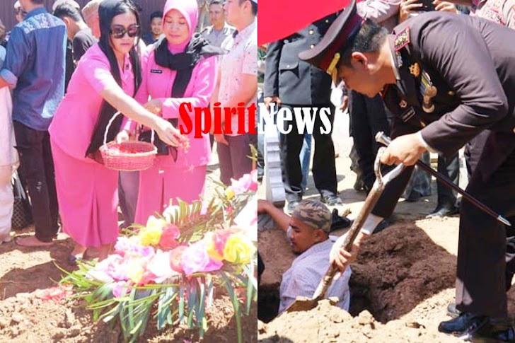 Kapolres Pinrang, Ikuti Proses Pemakaman Jenasah Alamarhum AKP H. Tita Sigit  Jatmika, M.Si., M.Kes