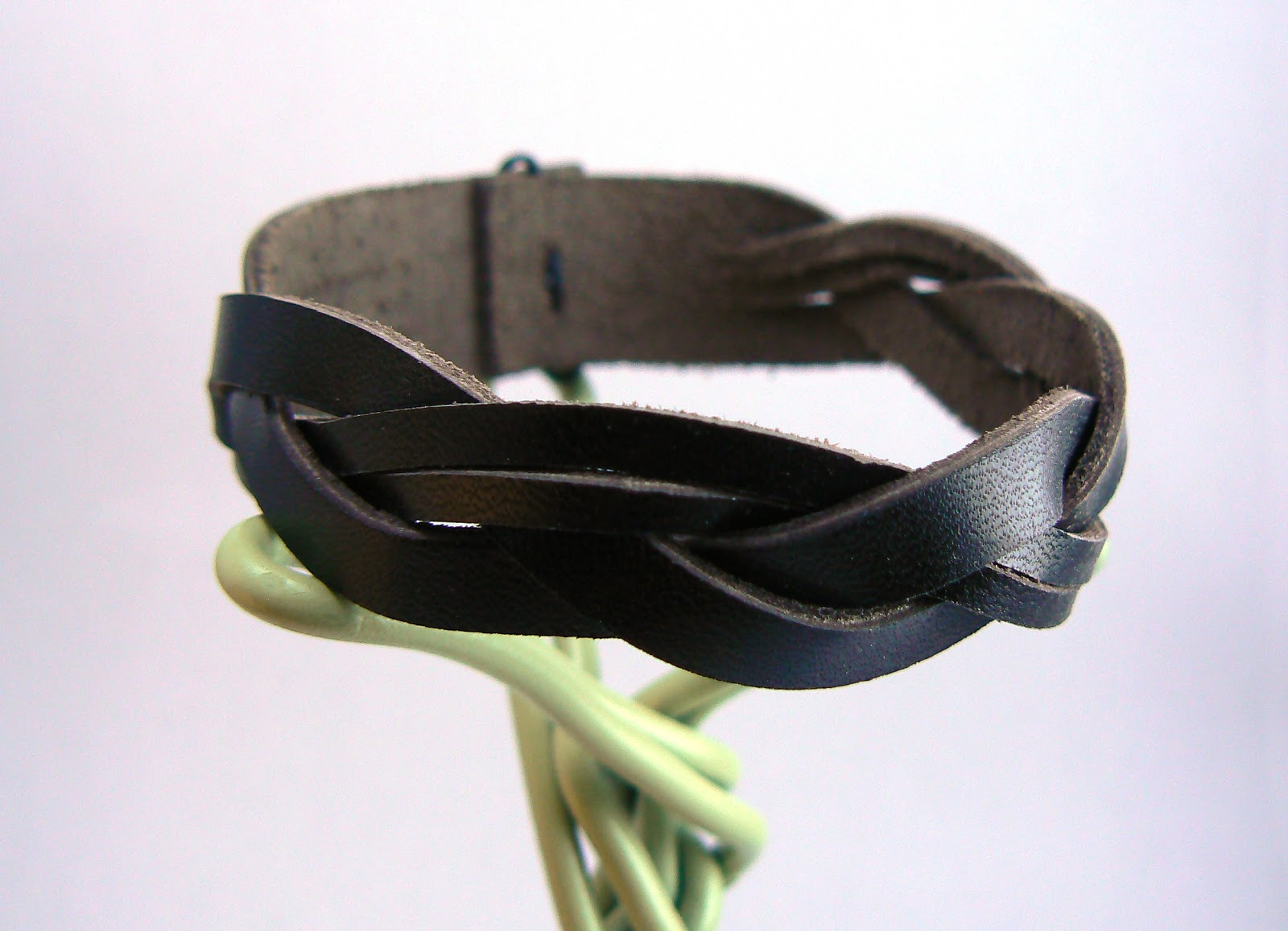 Vue précise du bracelet en cuir tressé dissymétrique