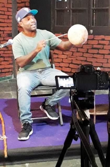 Equipe de produção audiovisual da Lei Aldir Blanc realizou gravações com o músico e capoeirista Johnny  Lacerda