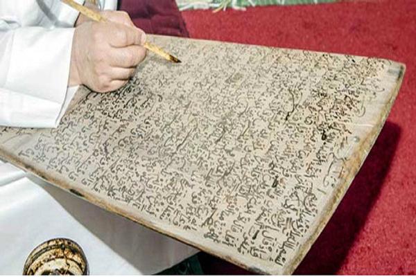 اللوح والصمغ إرث ثقافي وتاريخي و لهما روابط مع حفظة وحوامل كتاب الله