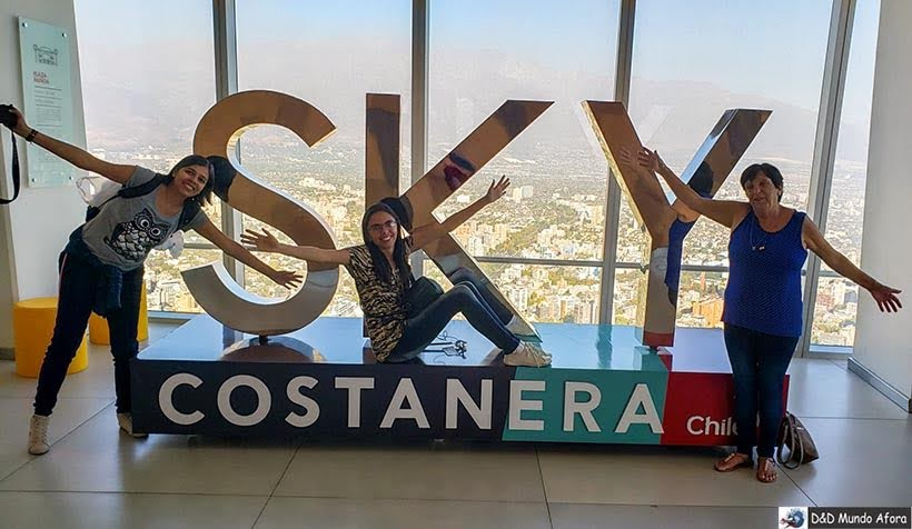 Letreiro do Sky Costanera em Santiago, Chile