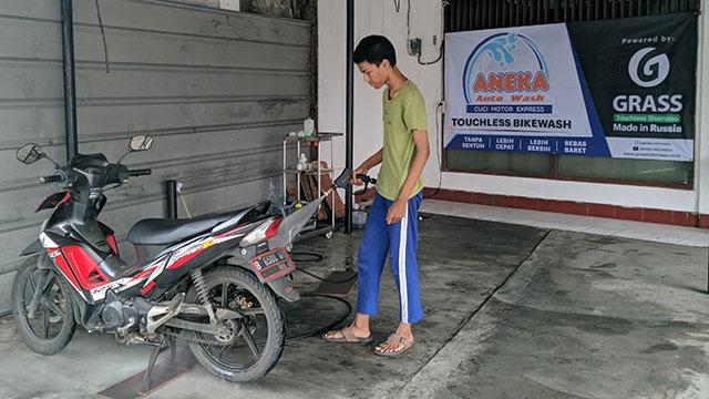 cuci motor semprot air