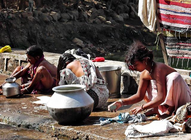 A lavagem de roupas nos lagos em Khajuharo