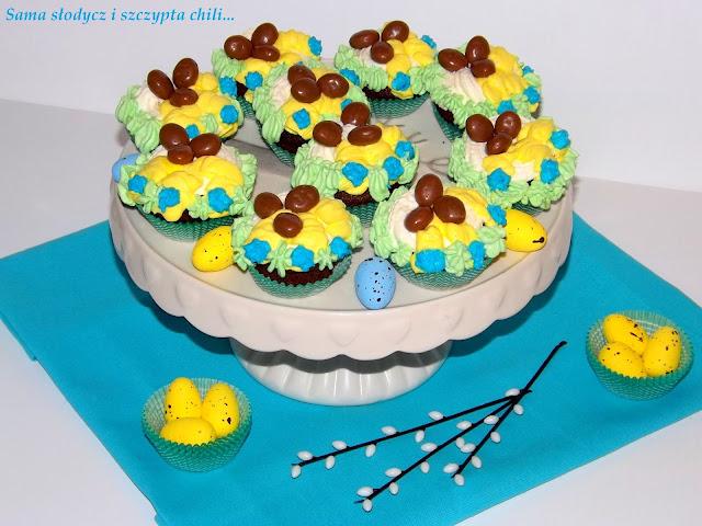 Czekoladowe muffinki z bitą śmietaną i czekoladowymi jajeczkami .