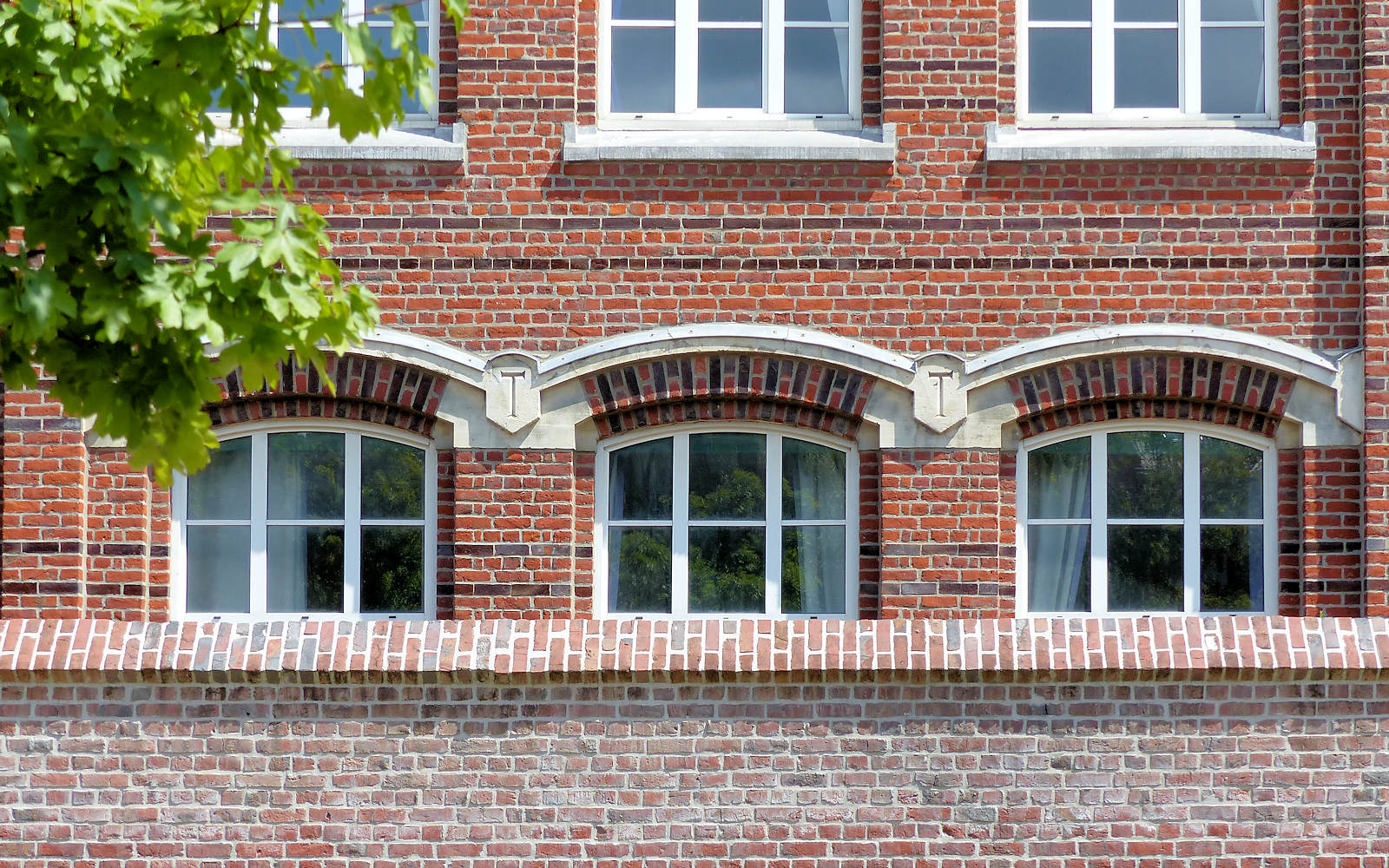 Lycée Gambetta, Tourcoing - Ornementations architecturales