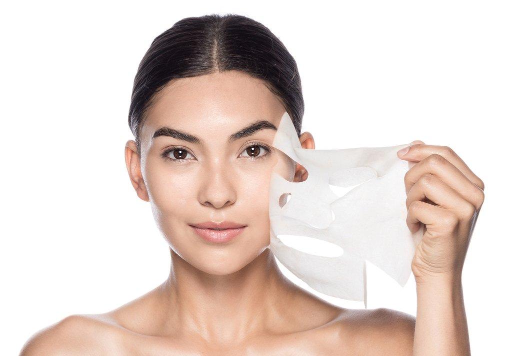 Sử dụng mặt nạ giấy sau khi bôi serum để tăng lượng nước HA có thể hấp thu