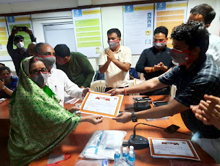 डीएम ने ग्राम प्रधान अनीता सिंह को किया सम्मानित | #NayaSaberaNetwork