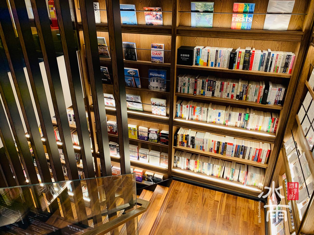 蔦屋書店松山店二樓階梯往下看內部照片