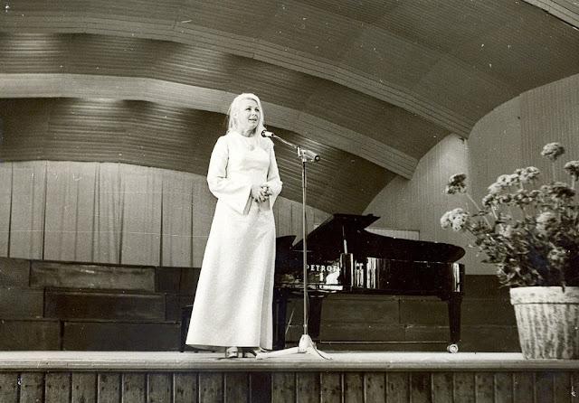 """Юрмала. Вия Артмане во время выступления в концертном зале """"Дзинтари""""."""
