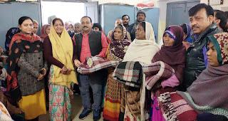 Jaunpur  नगर पालिका मुंगरा ने ठण्ड से बचाव के लिये 200 गरीबों को दिया कम्बल