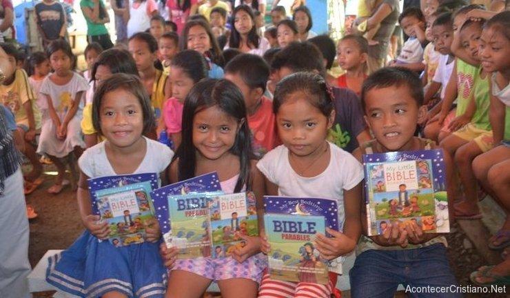 Niños filipinos con Biblias