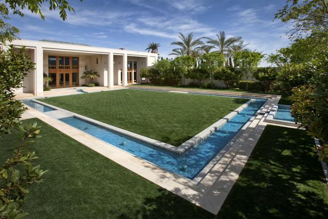 Di salah satu sudut rumah, pendiri eBay tersebut memiliki saluran air berwarna biru. Di tengahnya, terhampar rumput hijau yang selaras dengan warna tanaman di sekelilignya.