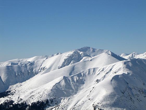 Widok w kierunku najwyższego szczytu Tatr Zachodnich - Bystra (słow. Bystrá, 2248 m n.p.m.).