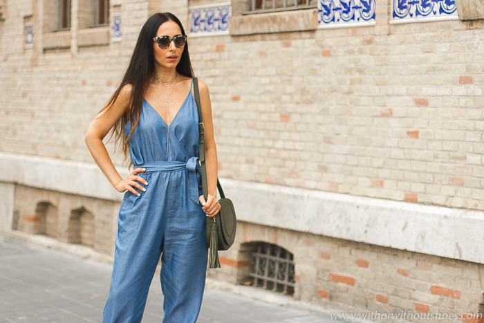 Blogger influencer con ideas de looks con monos bonitos de Revolve