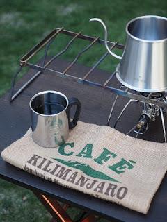 キャンプでコーヒーを楽しむ