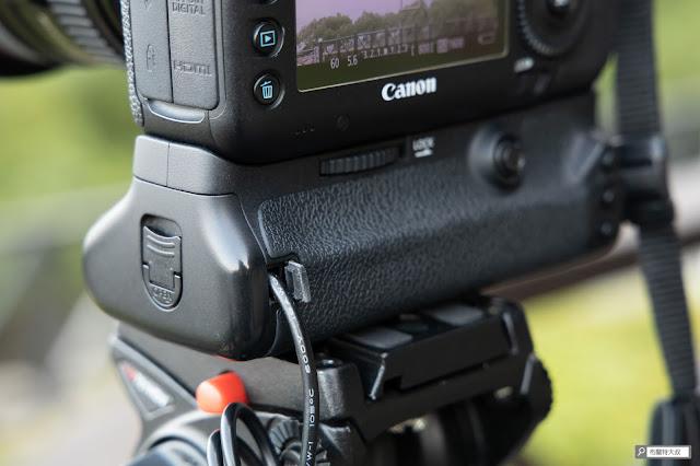 解決 Canon 相機長時間拍攝的供電問題 - 假電池線穿出