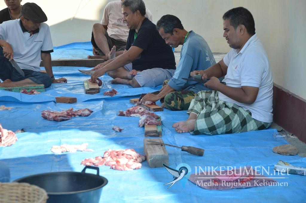 Khayub Kurban Sapi di Masjid Agung Kebumen